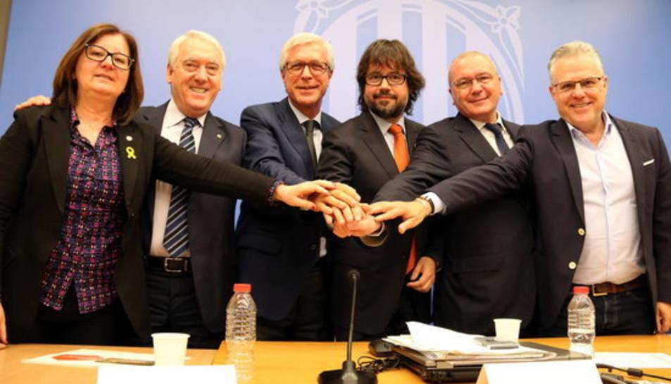 Encaixada de mans dels alcaldes de Cambrils, Vila-seca, Tarragona, Reus i Salou, amb el secretari d'Infraestructures i Mobilitat, Ricard Font, en la presentació del Pacte per les infraestructures, a Tarragona, el 19 d'abril del 2018.