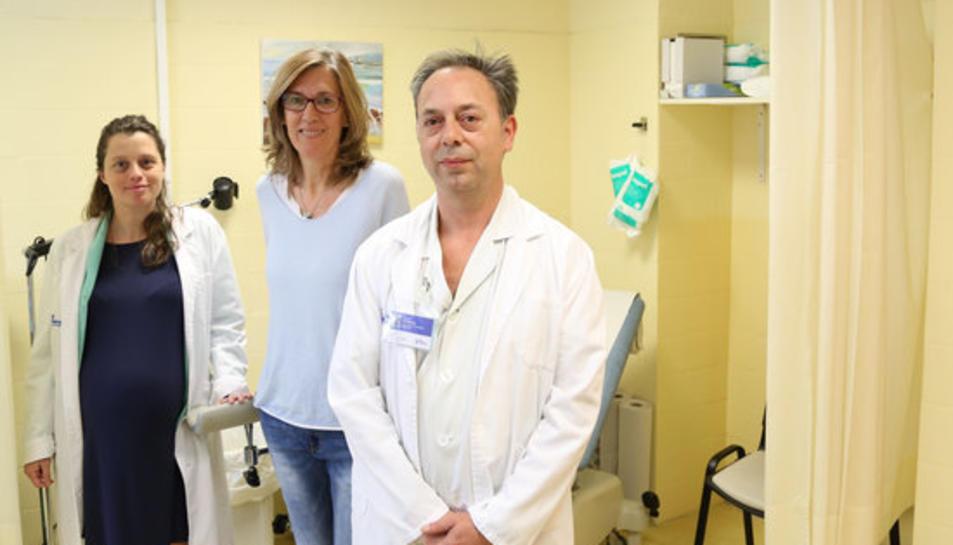 Pla general d'una consulta amb un metge i dues pacients.