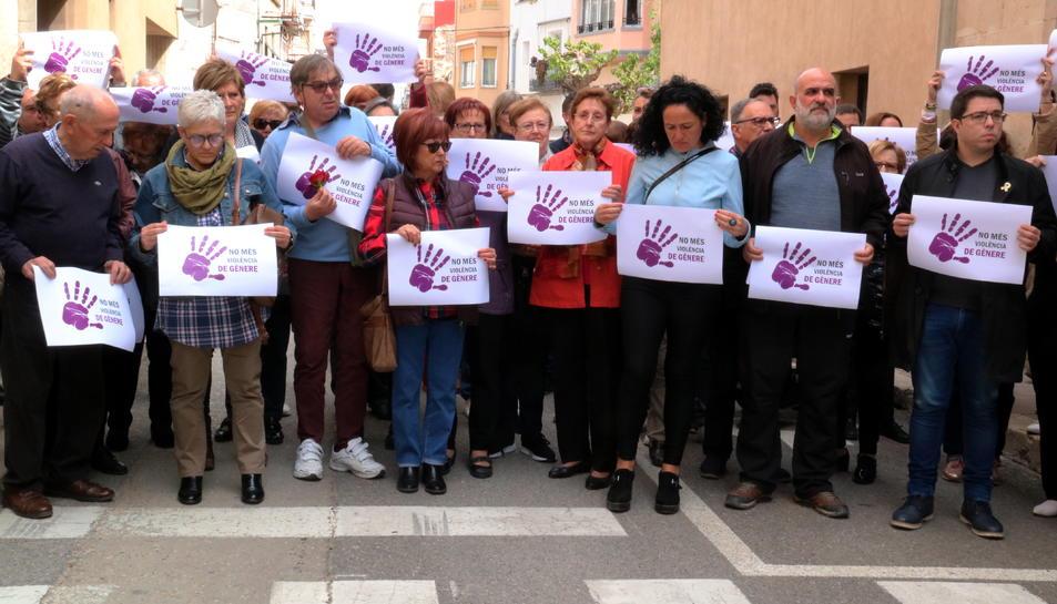 Alguns dels veïns que han participat als cinc minuts de silenci a les portes de l'Ajuntament d'Ulldecona.