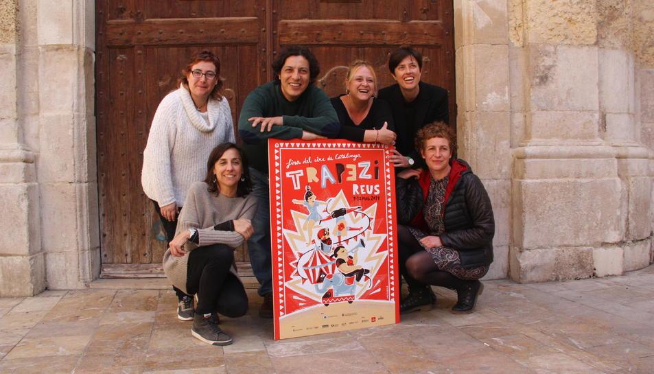 Els impulsors de la Fira Trapezi, amb el cartell de la 23a edició.