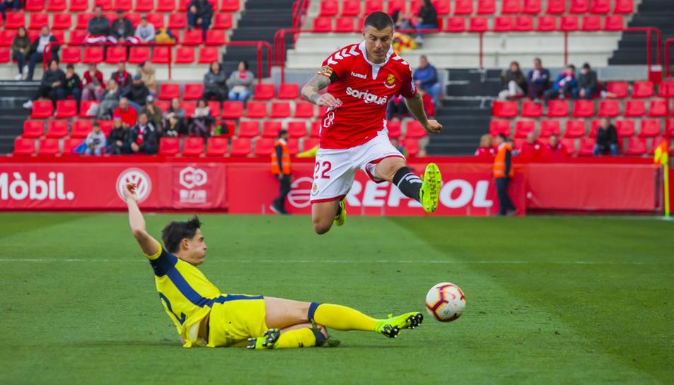 Abrahám Minero salta per damunt d'un rival durant el Nàstic-Numancia d'aquest passat diumenge.