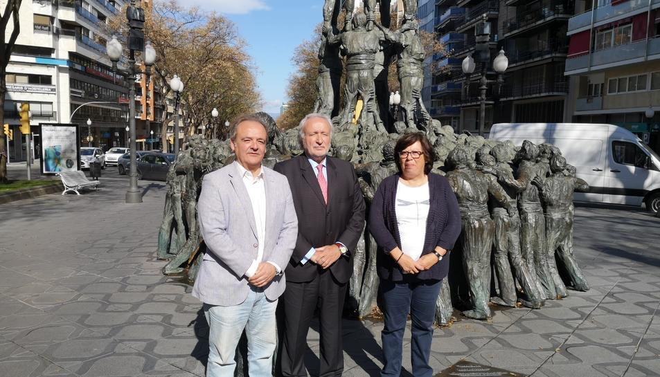 D'esquerra a dreta: Carlos Calderón, Antoni Fernández i Josepa Loos, a la Rambla Nova.