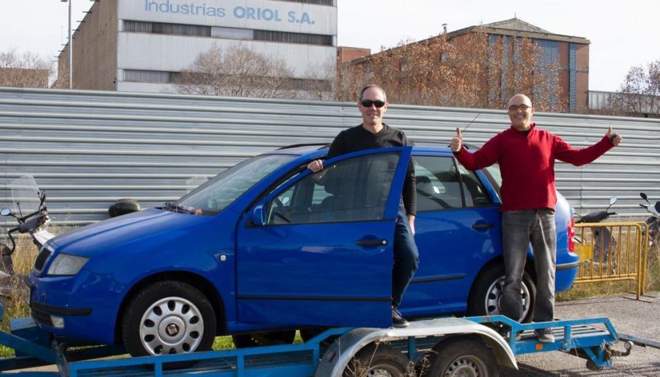 Carles Aliagas i Carles Barberà amb el cotxe que recorrerà el Mongol Rally.