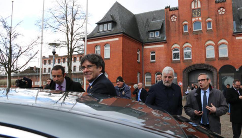 L'expresident Carles Puigdemont marxant després d'entrar a la presó de Neumünster quan es compleix un any de la seva detenció a Schleswig-Holstein, a Alemanya.