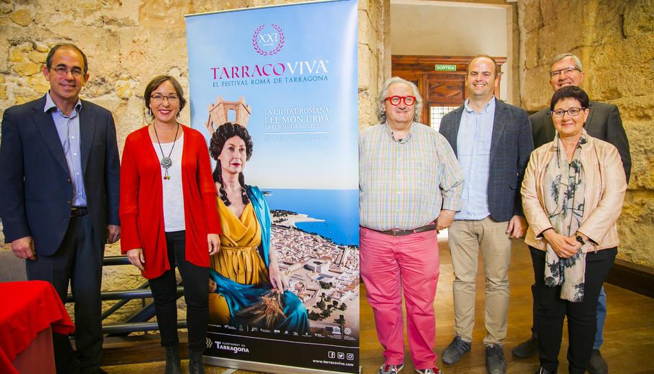 Els impulsors de Tarraco Viva amb el cartell de la 21 edició del certamen.