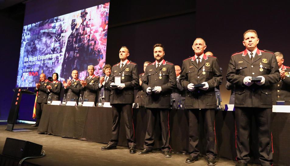 Moment de l'entrega de medalles en l'acte de celebració del Dia de les Esquadres de la Regió Policial Camp de Tarragona.