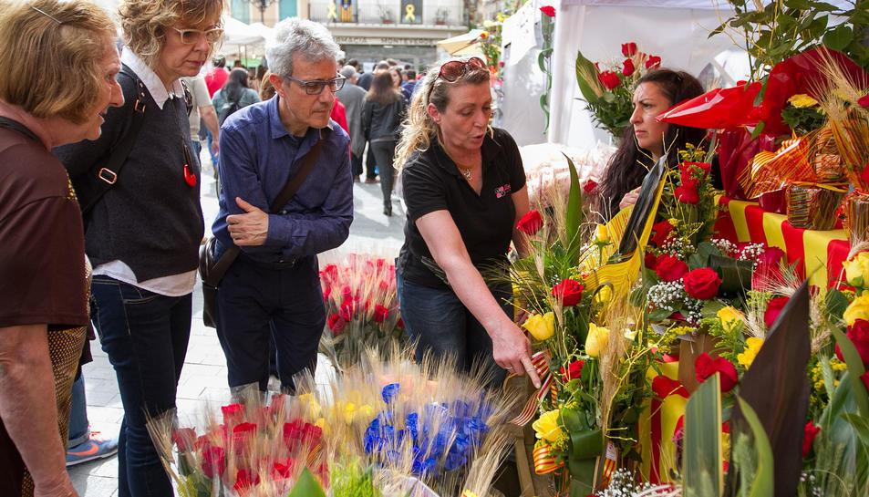 Una de les parades de Sant Jordi durant la Diada de l'any passat.