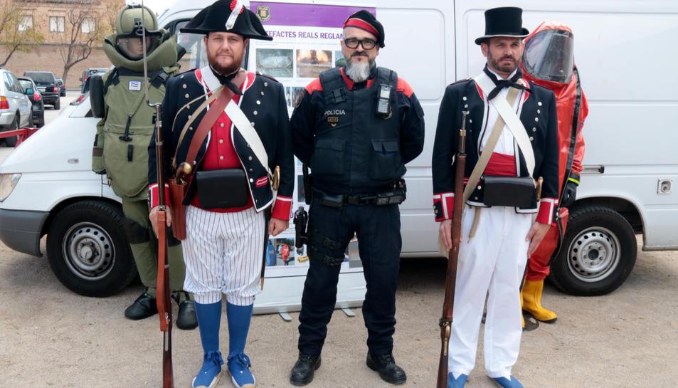Dos agents dels Mossos vestits d'època amb un d'actual durant el Dia de les Esquadres a la regió policial de les Terres de l'Ebre.