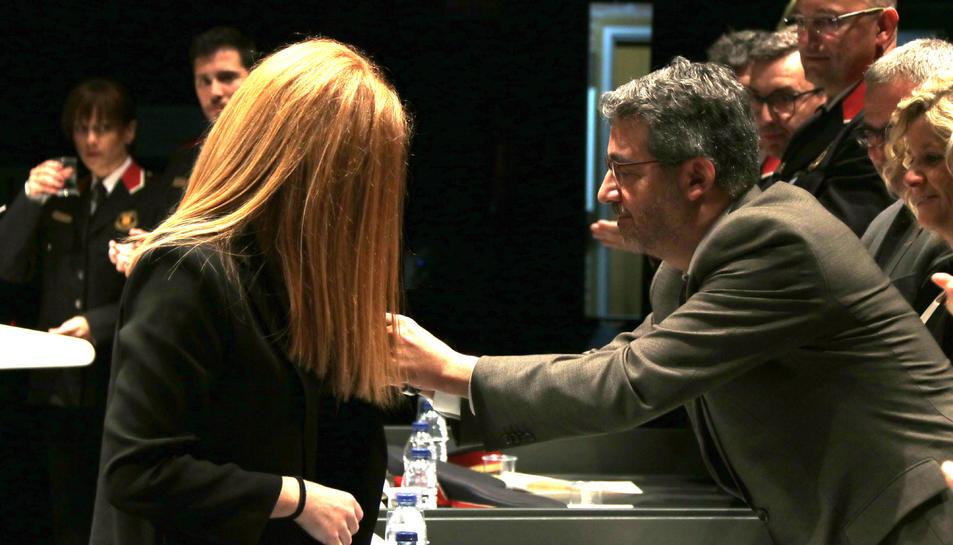 El director general de la Policia, Andreu Joan Martínez, reconeixent la tasca de la jutgessa degana d'Amposta, Sonia Nuez.