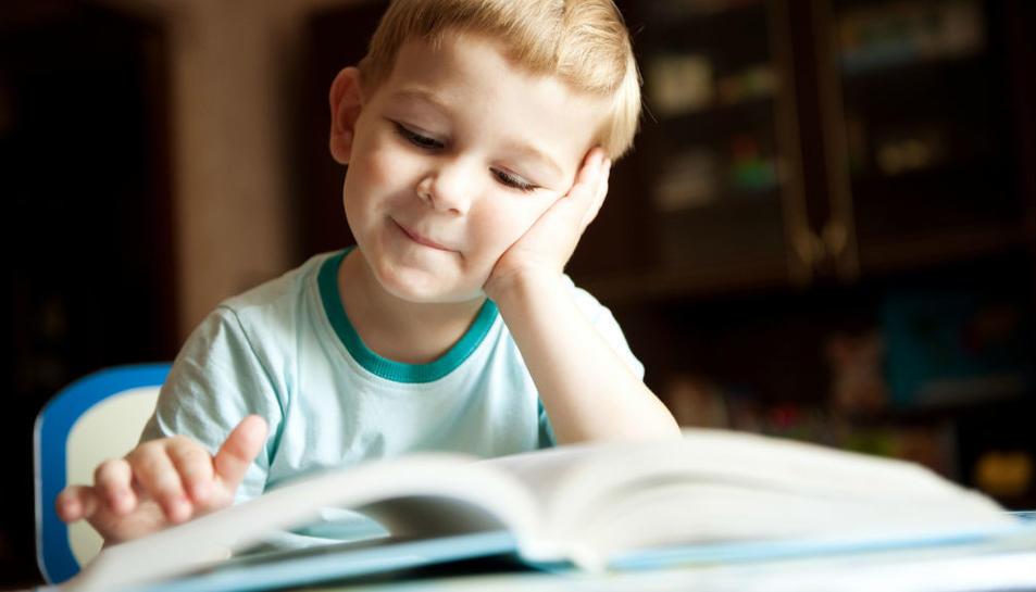 Un infant llegint un llibre