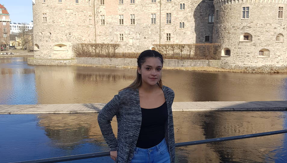 Florencia Aroca davant del castell medieval fortificat de la ciutat  d'Örebro, al sud del país.