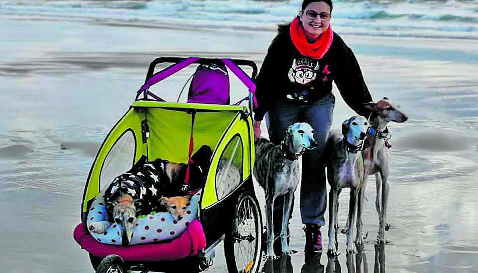 La Luba amb la Fàtima Ruiz i la resta de gossos de la seva família.
