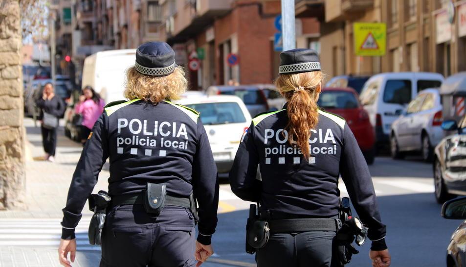 Dues agents del cos de la Policia Local de Manresa d'esquenes.