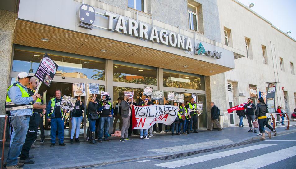 Pla obert de la protesta de vigilants de seguretat davant l'estació del ferrocarril a Tarragona.