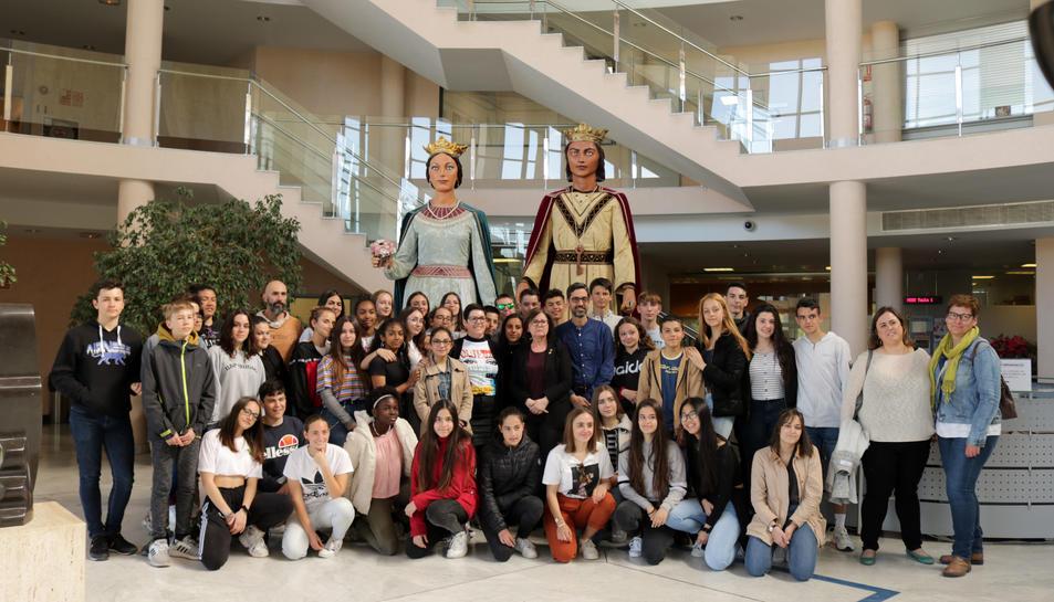 Els alumnes francesos amb els Gegants de Cambrils.