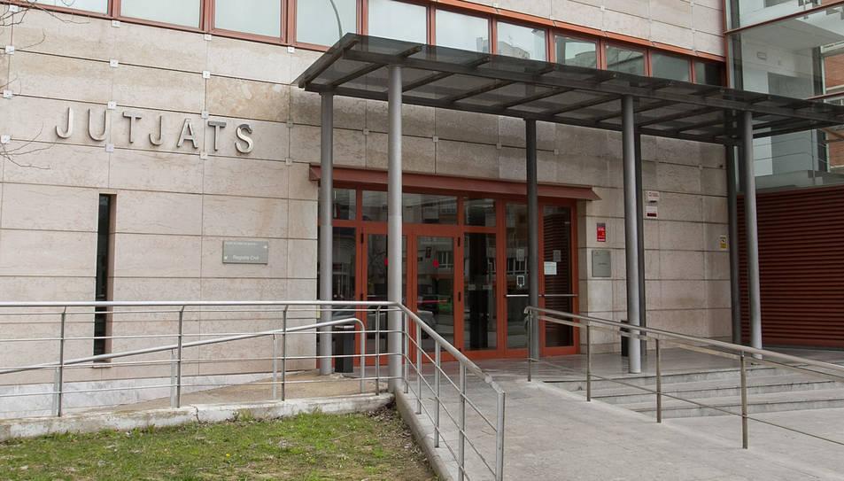 L'accés principal a l'edifici dels Jutjats de Reus.