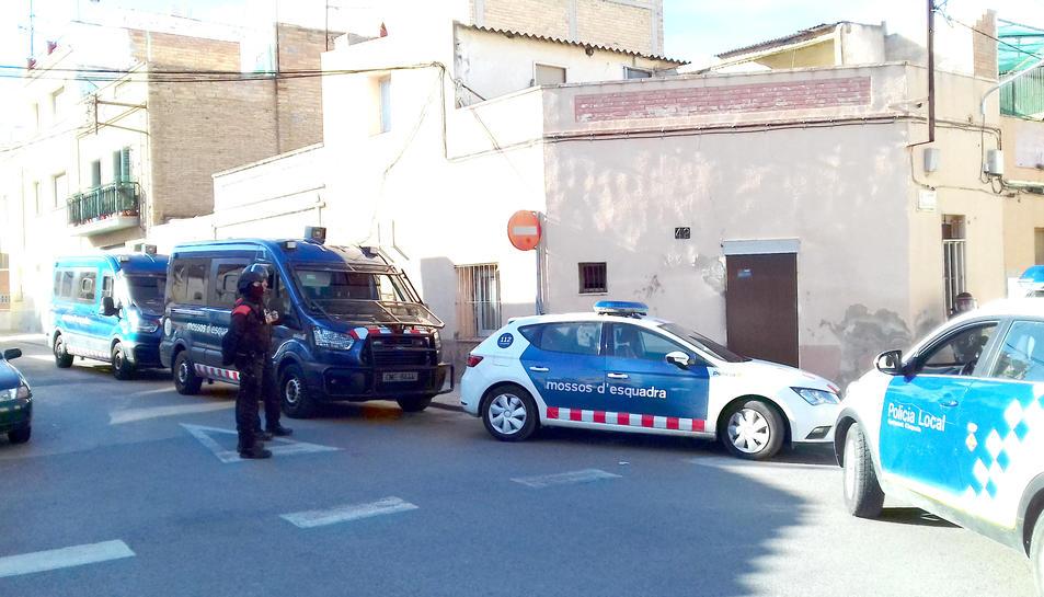 La casa del carrer Cánovas escorcollada aquest dijous al vespre en el marc de l'operatiu policial contra la venda de drogues a Amposta.