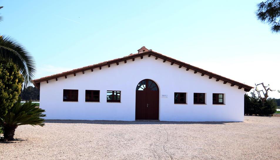 Pla general de l'exterior del Mas Miró on s'hi ubicarà la botiga de la casa-museu. Imatge del 12 d'abril del 2019 (Horitzontal).