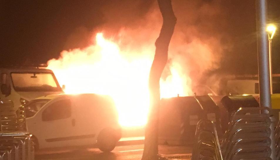 El foc ha cremat cinc vehicles.