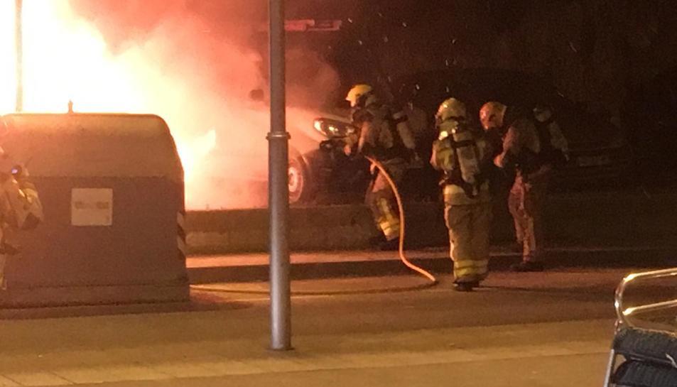 Imatge dels Bombers apagant el foc que ha afectat cinc vehicles a la Canonja.