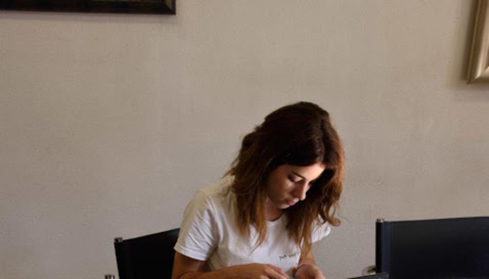 Marta Yustos, col.laboradora de l'IPHES, estudiant les restes de la Cova del Buldó al Museu d'Arqueologia Salvador Vilaseca, a Reus.