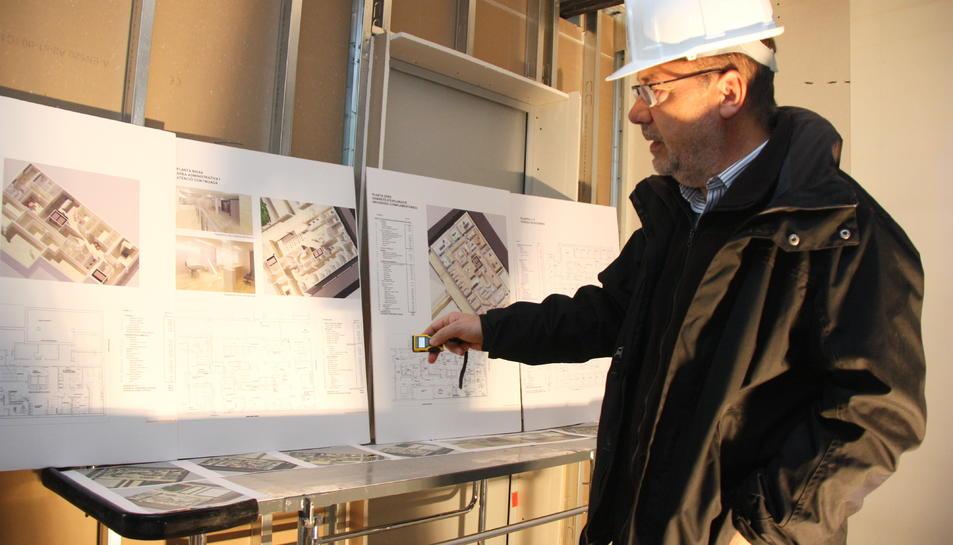 L'arquitecte del nou Centre MQ Reus, Carles Busquets, mostrant els plànols de la instal·lació.