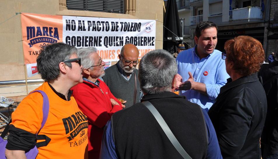Ismael Cortés a la concentració de la Marea Pensionista a la plaça de Corsini.