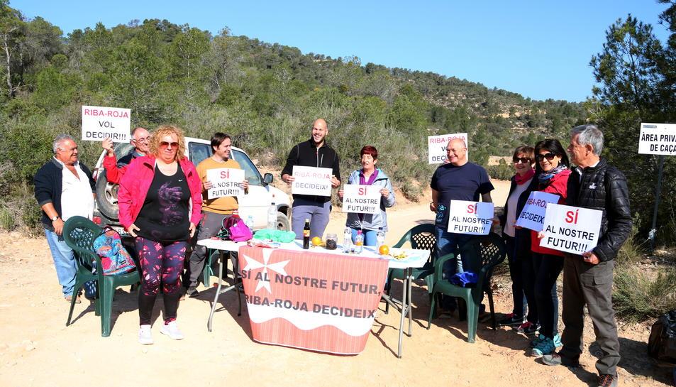 Als membres de la plataforma 'Riba-roja decideix' en l'acció per defensar el projecte de l'abocador.