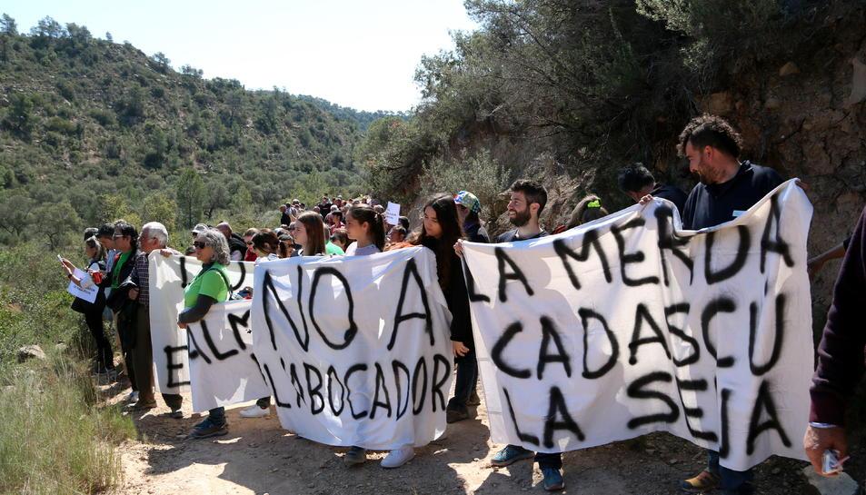 Els membres de les plataformes 'Almatret Net' i la 'Ribera Digna' en l'acció per denunciar el projecte de l'abocador