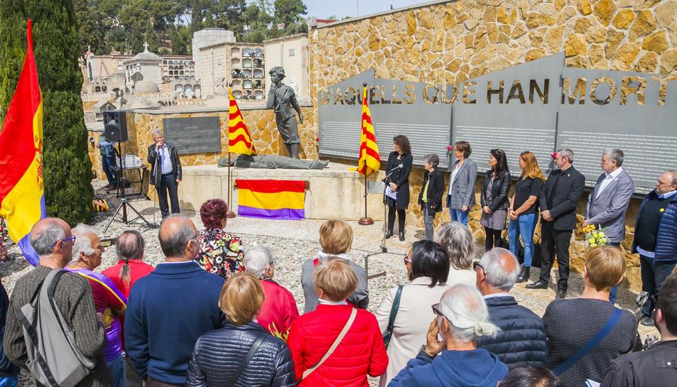 L'homenatge va tenir lloc davant de l'escultura Dignitat de Salvador Manyosa.