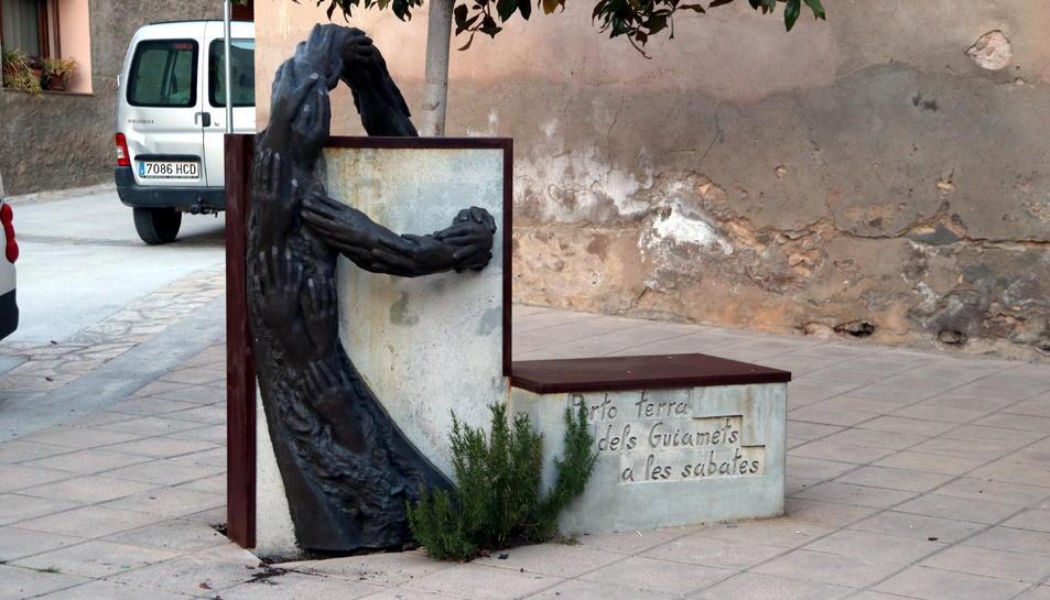 Imatge de l'estàtua dedicada a Neus Català en una de les places del seu municipi natal, Els Guiamets.