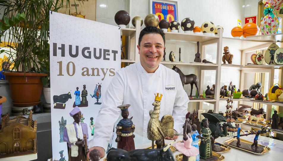 Ramon de la Fuente amb l'aparador de mones de xocolata que ofereixen aquesta Pasqua.
