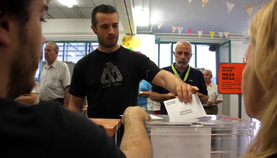 Un votant diposita la seva papereta a Sabadell en les eleccions generals de 2016.