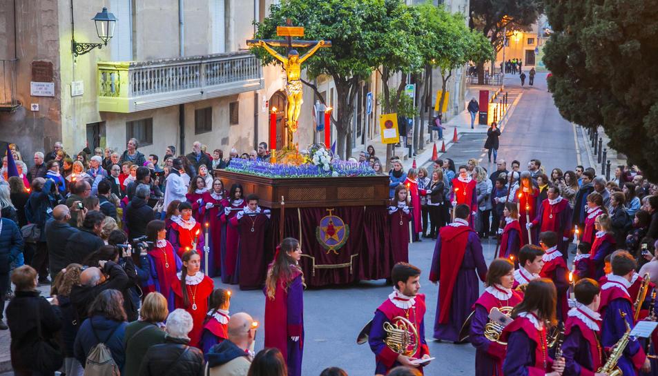 El Viacrucis de Dilluns Sant va iniciar-se al Portal del Carro i va visitar diferents punts del barri.
