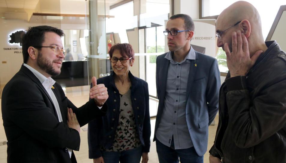 El vicepresident del Govern, Pere Aragonès, conversant amb el fill i la filla de Neus Català al tanatori de Móra d'Ebre.