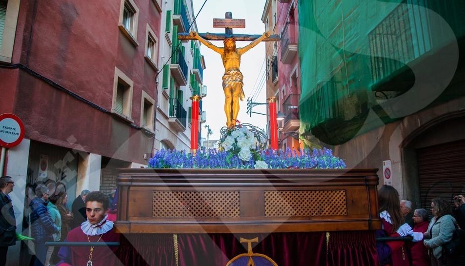 El Viacrucis del Lunes Santo recorre en silencio las calles de la Part Alta.2