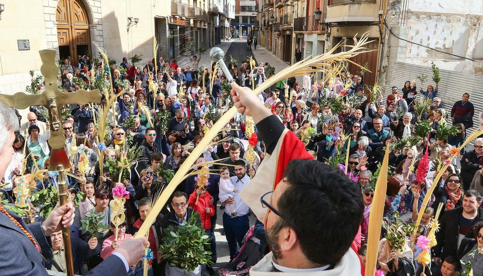 Imatges de la Benedicció de la Palma a l'església de la Sang, l'ofrena del clavell al Crist de la Primera Caiguda, l'ofrena del Ciri Pasqual i el viacrucis del Sant Crist de la Creu