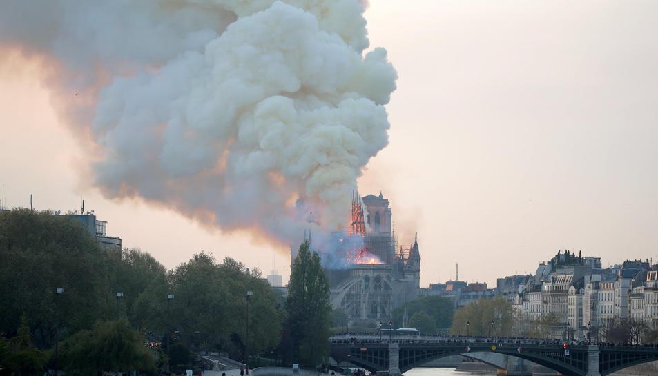 Imatge de la catedral en flames, encara amb l'agulla central en peu.