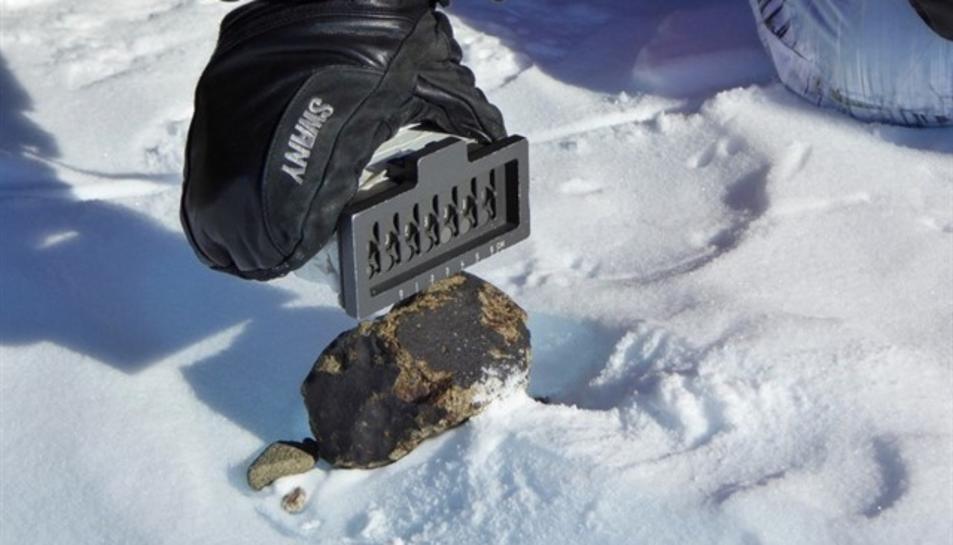Imatge d'un meteorit recollit per la NASA a l'Antàrtica.