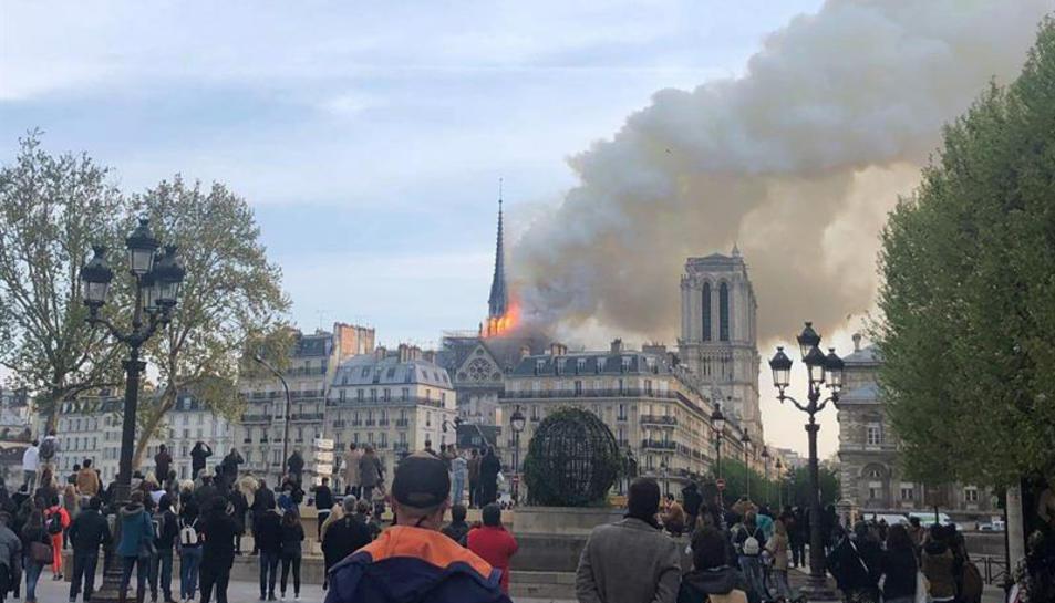 La catedral de Notre Dame afectada pel foc.