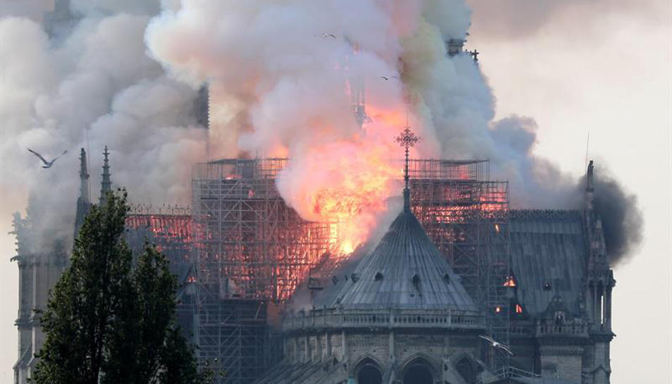 Vista de l'incendi que ha afectat a la catedral de Nôtre Dame.