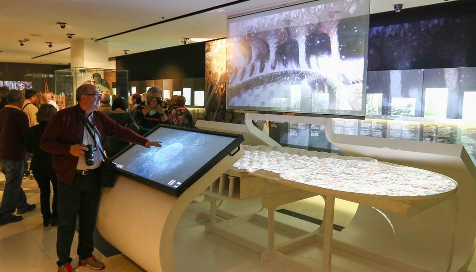Un visitant del Gaudí Centre, a la nova instal·lació.
