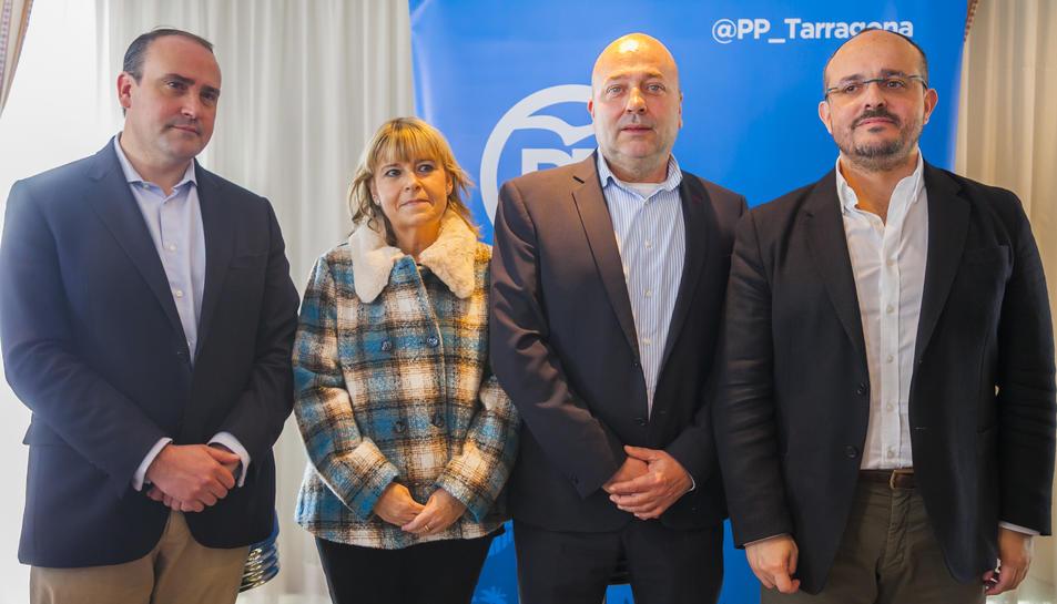Tona Duch i Sebastià Domènech, al centre, en la presentació del candidat.