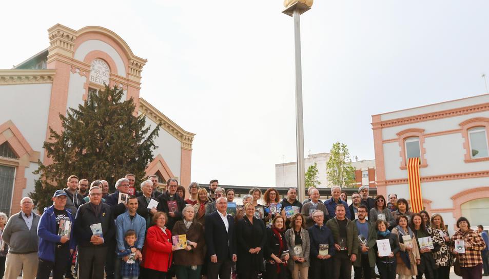 Els escriptors, durant l'acte celebrat a la Biblioteca Central ahir.