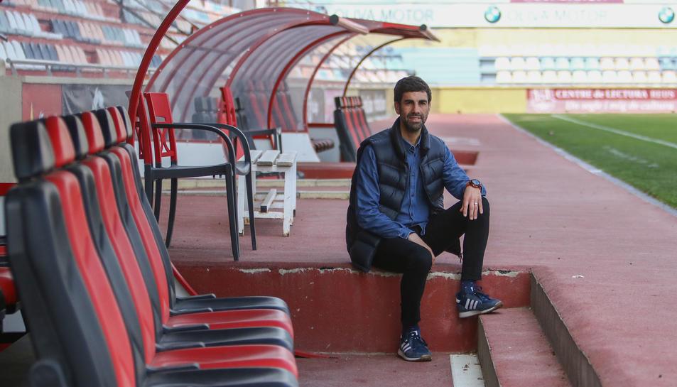 L'entrenador del Juvenil A del CF Reus a la banqueta roig-i-negra de l'Estadi Municipal.