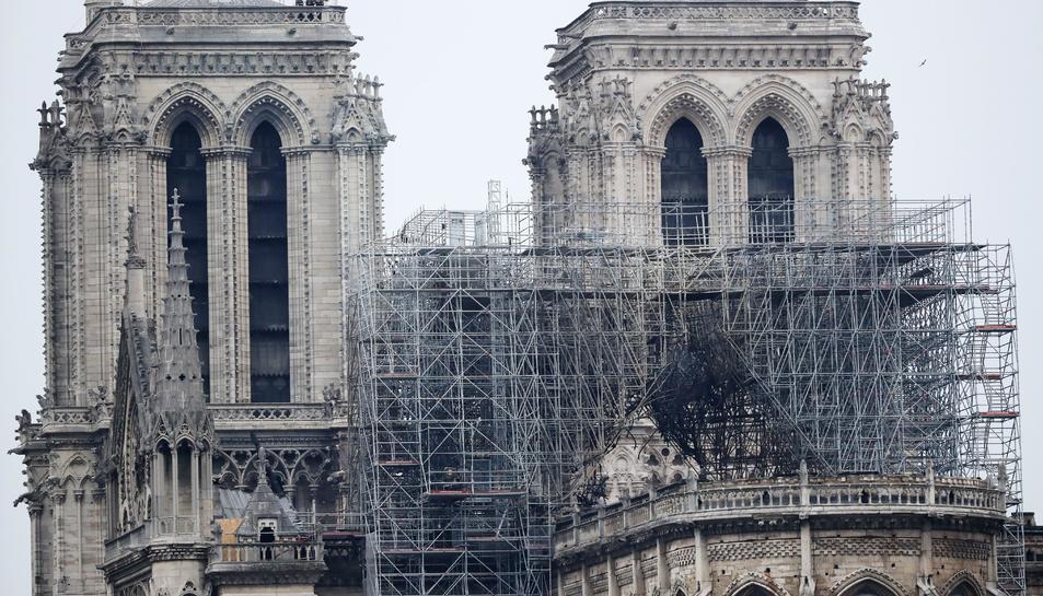 Imatge d'una de les bastides destruïda per l'incendi a la façana de la catedral de Notre Dame, aquest dimarts 16 d'abril.