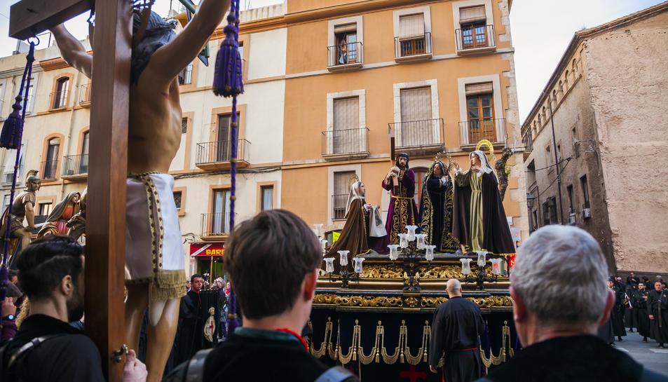 El misteri Jesús Natzarè saluda el Sant Crist a les escales de l'església de Sant Francesc, on es va iniciar la processó.