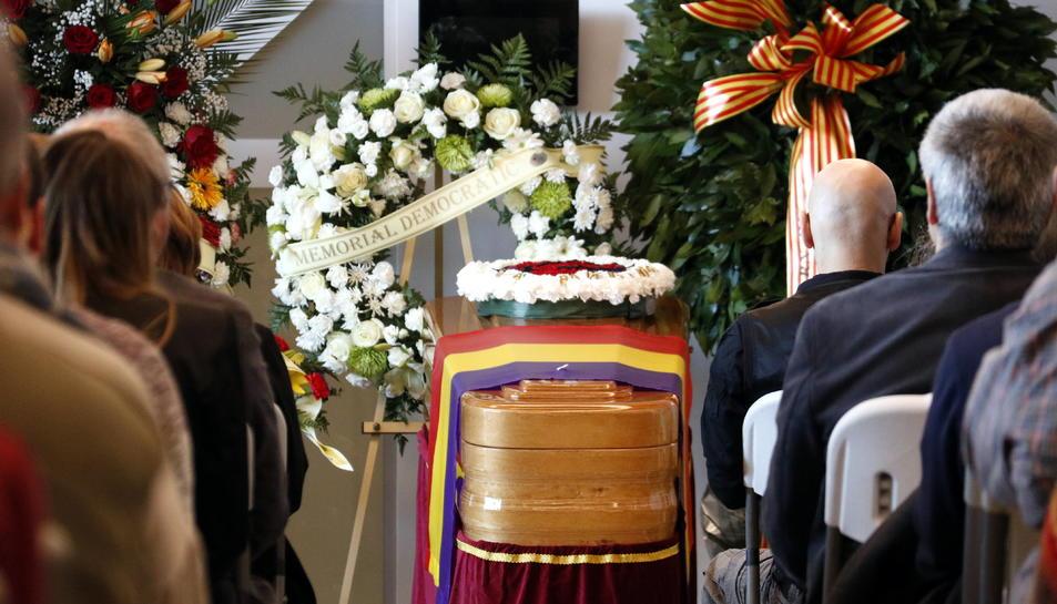 El fèretre de Neus Català, en el funeral celebrat al Tanatori de Móra la Nova.