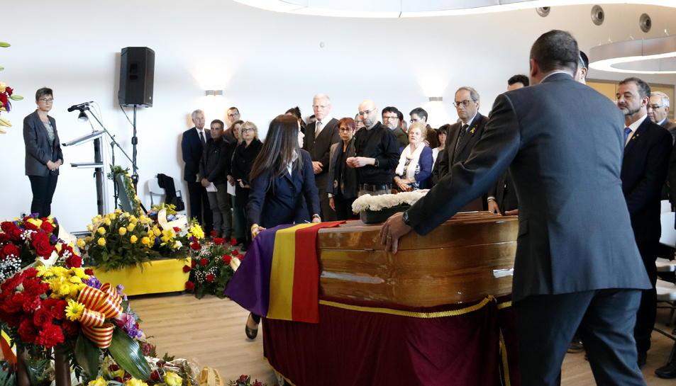 Entrada del fèretre de Neus Català a la sala del Tanatori de Móra la Nova on s'ha celebrat el seu funeral, amb el president de la Generalitat, Quim Torra, i els fills de Català al fons.