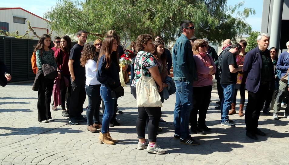 Un de grup de joves entrant al funeral de la Neus Català al tanatori de Móra la Nova.